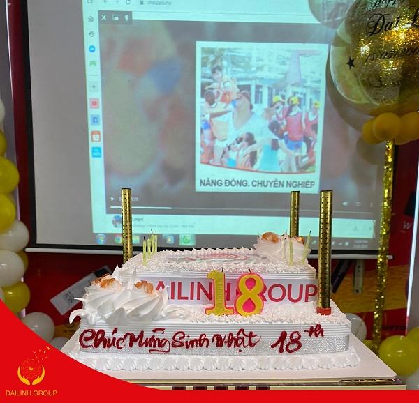 Đại diện các team lên cùng nhau nâng ly chúc mừng sinh nhật 10